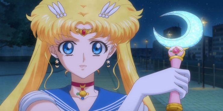Sailor-Moon-Crystal-Usagi-With-Her-Weapon